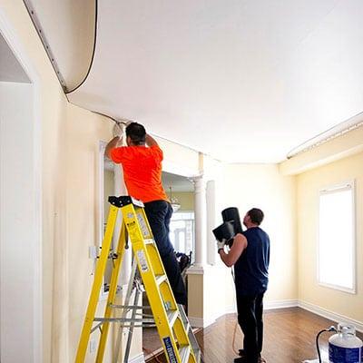 Pose plafond tendu à chaud.