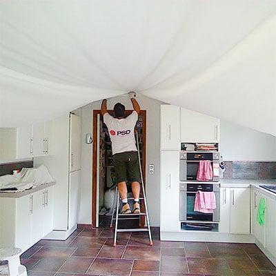 Pose plafond tendu à froid.