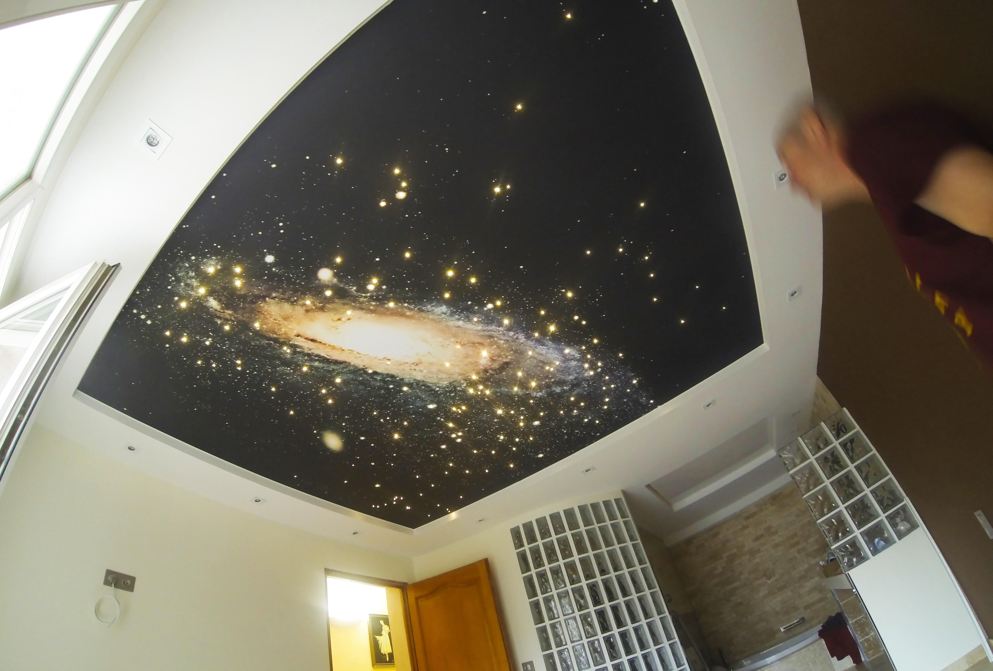 Ciel étoilé sur plafond tendu imprimé.