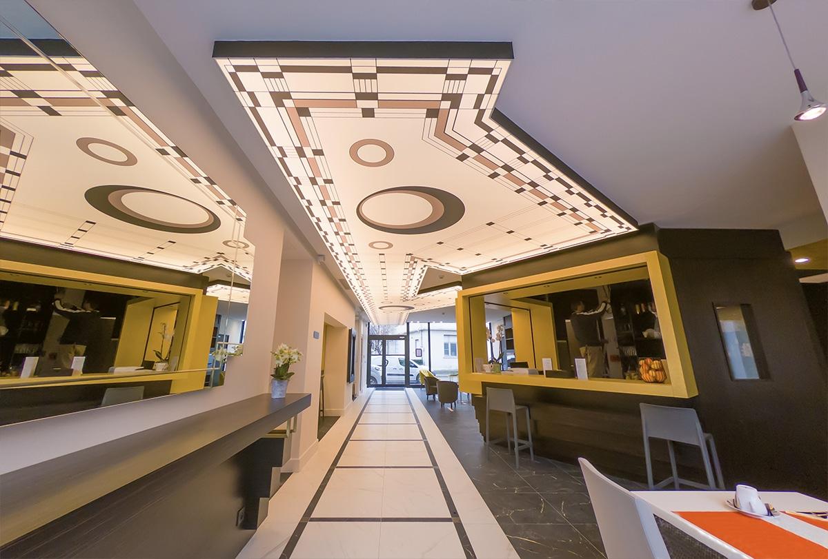 Décor tendu rétro-éclairé dans le hall d'entrée d'un hôtel à St Laurent du Var.