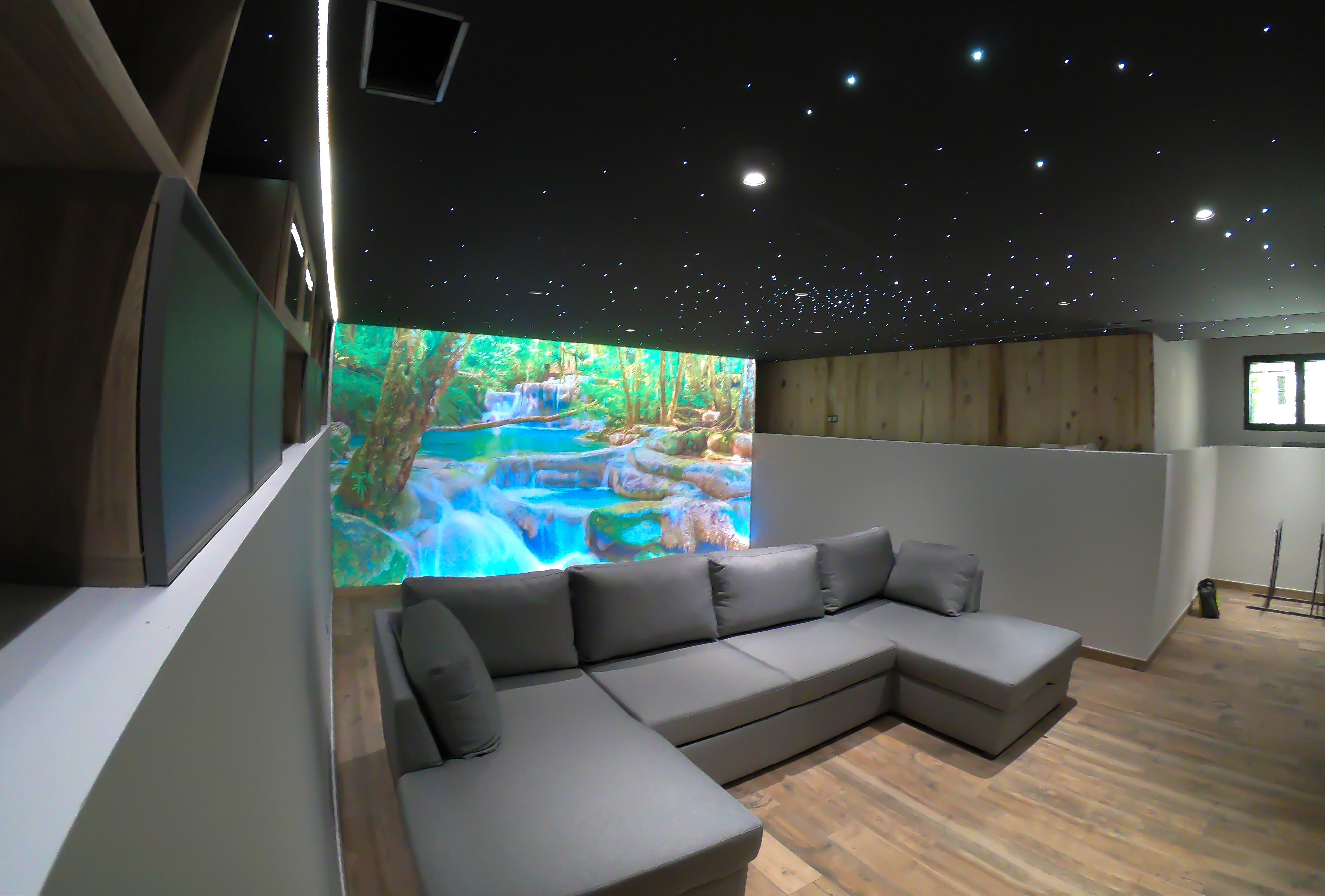 Ciel étoilé sur plafond tendu acoustique, décor rétro-éclairé, encastrement ruban LED.