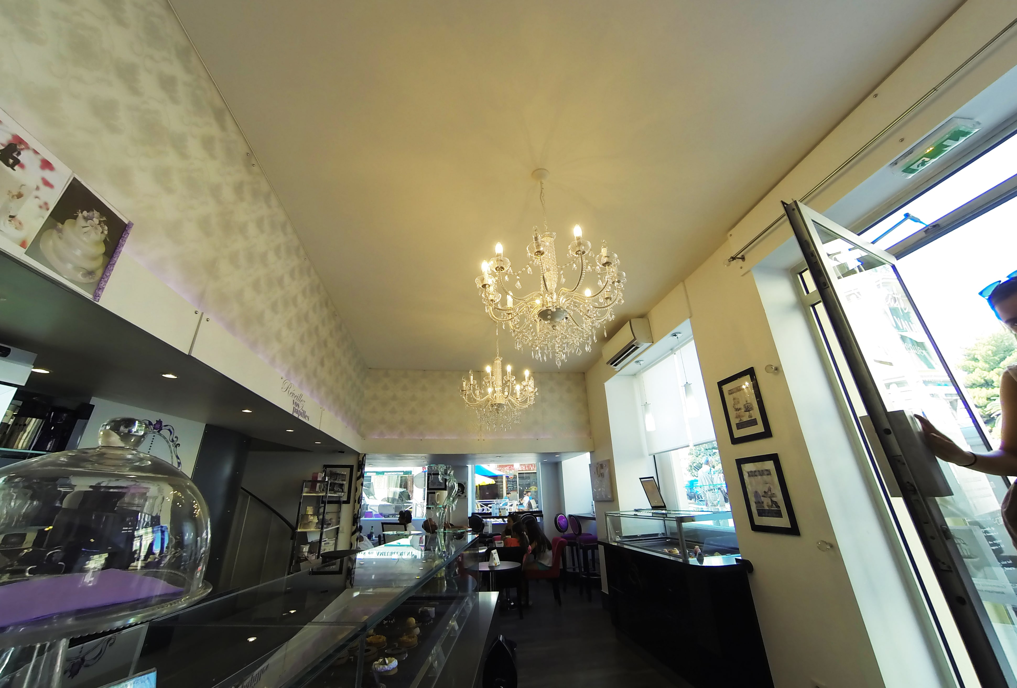 Plafond tendu blanc mat.