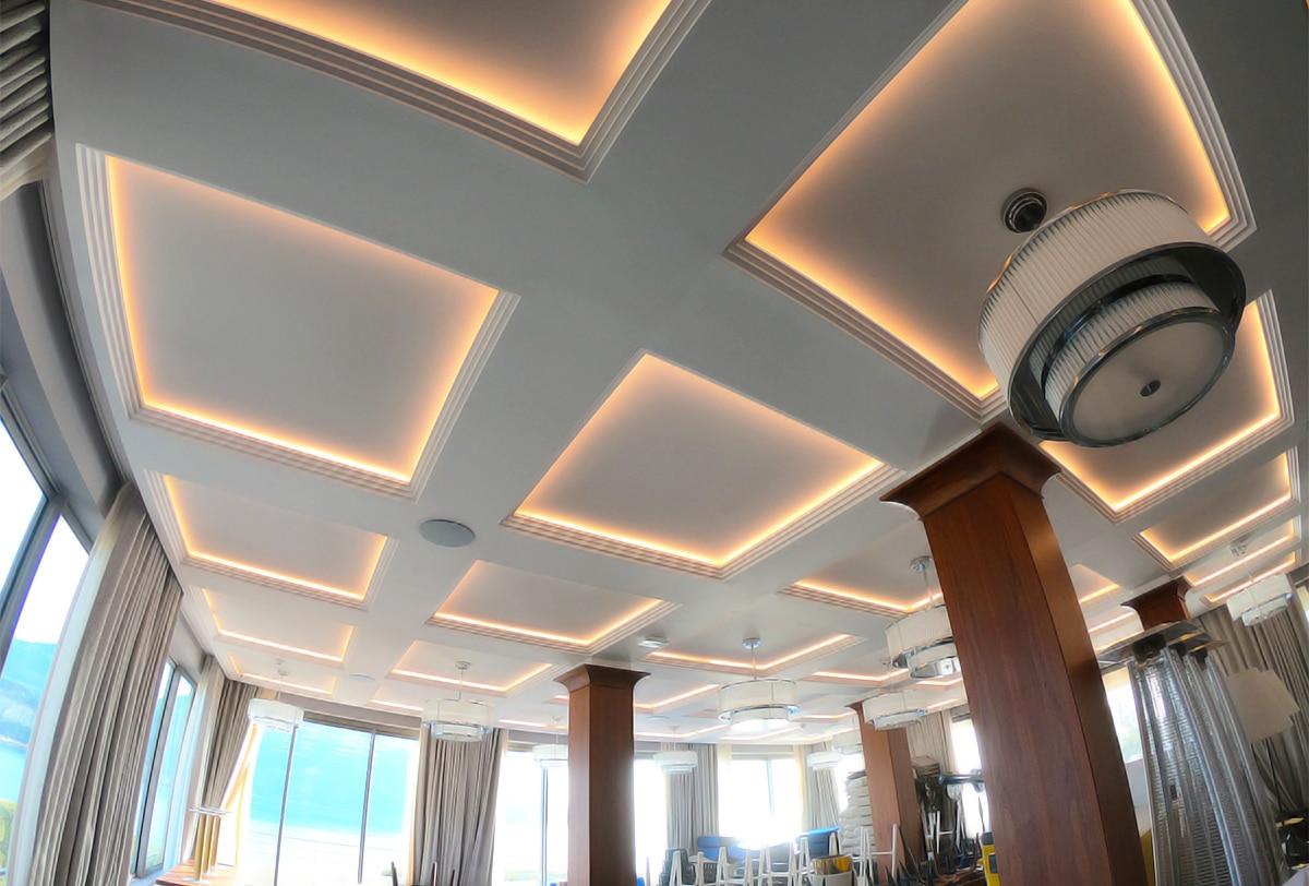 Traitement acoustique par plafond tendu, salle de restaurant.