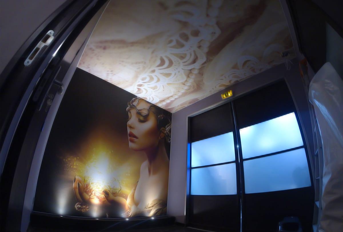 Décorations murales et plafonds tendus imprimés dans un Spa.