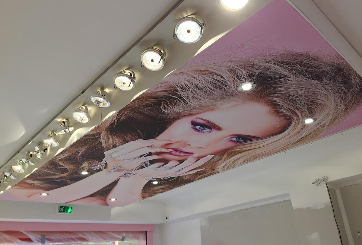 Plafond tendu imprimé dans une boutique de bijoux fantaisies à St Tropez.