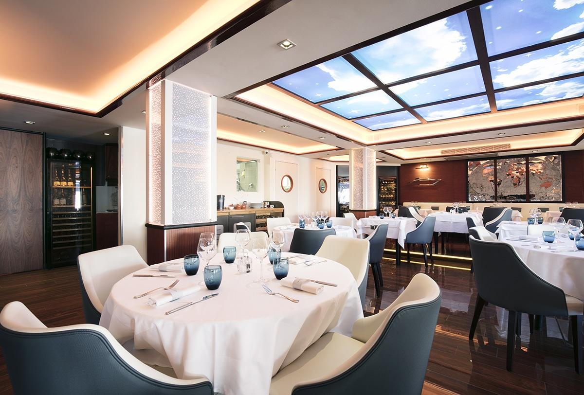 Plafond tendu, traitement acoustique et décoration rétro-éclairée dans un restaurant.